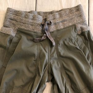 Ivivva Bottoms - Ivivva gray live to move crop pants size 7
